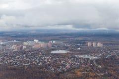 Una pequeña ciudad de la altura de los aviones Edificios altos cerca del lago Vista de la tierra de un aeroplano imagen de archivo libre de regalías