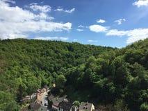 Una pequeña ciudad en el valle verde Imagen de archivo libre de regalías