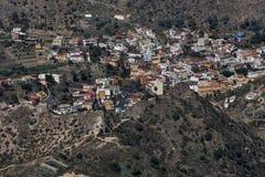 Una pequeña ciudad en las montañas foto de archivo libre de regalías