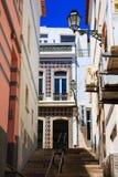 Una pequeña escalera a lo largo de fachadas mediterráneas fotografía de archivo