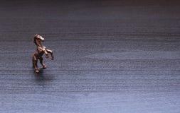 Una pequeña estatuilla de un caballo Imágenes de archivo libres de regalías