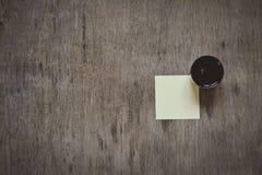 Una pequeña hoja de papel en el tablero del corcho del boletín aislado imagen de archivo libre de regalías