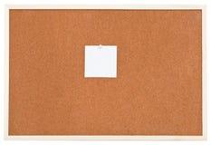 Una pequeña hoja de papel en tablero del corcho del boletín imágenes de archivo libres de regalías