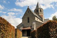 Una pequeña iglesia del siglo XII medieval de la piedra y de la piedra caliza foto de archivo