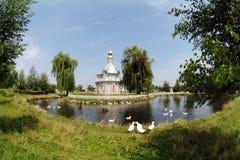 Una pequeña iglesia en el medio del lago Foto de archivo libre de regalías