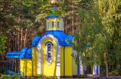 Una pequeña iglesia ortodoxa al borde del bosque Fotos de archivo