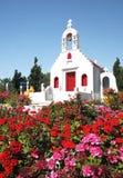 Una pequeña iglesia rodeada por las flores Fotografía de archivo libre de regalías
