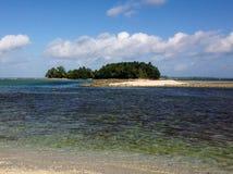 Una pequeña isla del coste de Fiji en el South Pacific Imagen de archivo