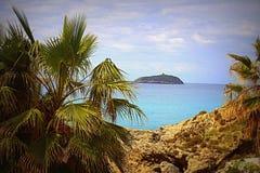 Una pequeña isla en el mar foto de archivo