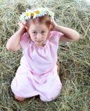 Una pequeña muchacha con las flores Fotografía de archivo libre de regalías
