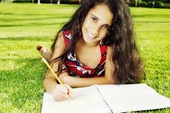 Una pequeña muchacha hermosa en parque Imagenes de archivo