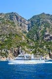 Una pequeña nave turística cerca de la península Grecia de Athos Fotografía de archivo libre de regalías
