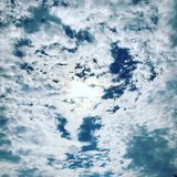 Una pequeña parte del cielo, cielo, nubes, sol Fotos de archivo