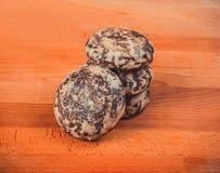 Una pequeña pila de azúcar esmaltó las galletas del pan de jengibre en un fondo de madera Foto de archivo libre de regalías