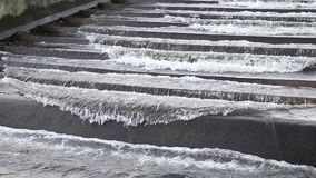 Una pequeña presa en un pequeño río Presa del agua en Europa Central S almacen de metraje de vídeo