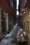 Una pequeña selección de baratijas y de loza en apagado una calle en Venecia, Italia Imagenes de archivo