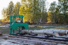Una pequeña serrería para procesar la madera en el campo Registros de Aspen imagen de archivo