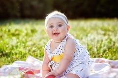 Una pequeña sonrisa hermosa de la muchacha Fotografía de archivo