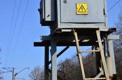 Una pequeña subestación para la fuente de electricidad Foto de archivo