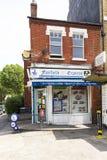 Una pequeña tienda de ultramarinos de la esquina inglesa local imágenes de archivo libres de regalías
