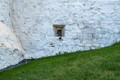 Una pequeña ventana en la pared de piedra Fotografía de archivo libre de regalías