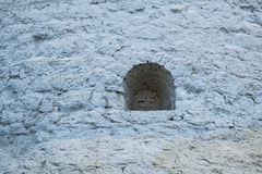 Una pequeña ventana en la pared de piedra Imagen de archivo libre de regalías