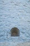Una pequeña ventana en la pared de piedra Imagenes de archivo