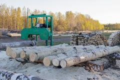 Una peque?a serrer?a para procesar la madera en el campo Registros de Aspen fotografía de archivo libre de regalías