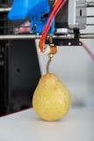 Una pera succosa matura funzionamento della stampante 3d del dispositivo durante i processi Fotografie Stock