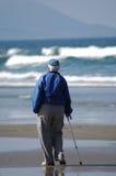 Una persona anziana sulla spiaggia Immagine Stock