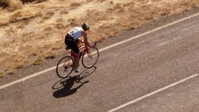 Una persona biking en el camino almacen de video