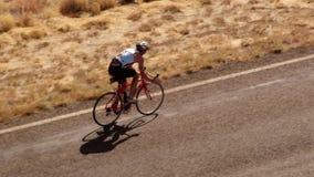 Una persona biking en la cámara lenta en el camino metrajes