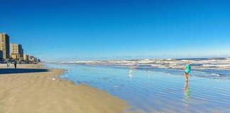 Una persona cammina sulla spiaggia Fotografia Stock Libera da Diritti