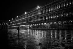 Una persona che cammina lungo una bella architettura fotografia stock libera da diritti