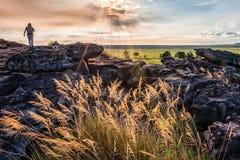 Una persona che esplora la roccia di Ubirr, NT, Australia fotografia stock libera da diritti