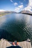 Una persona che guarda giù da dove sta nel lago fotografia stock libera da diritti