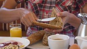 Una persona corta el bollo en el desayuno almacen de metraje de vídeo