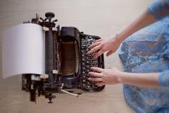 Una persona creativa, autore dei libri, scrittore dei bestseller, un giornalista che scrive su una vecchia macchina da scrivere I immagine stock libera da diritti