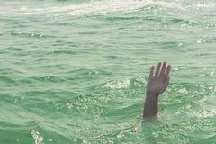 Una persona de hundimiento, la salvación de un hombre de ahogamiento Fotos de archivo libres de regalías