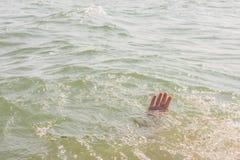Una persona de hundimiento, la salvación de un hombre de ahogamiento Fotografía de archivo libre de regalías