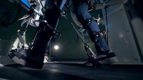 Una persona discapacitada utiliza un entrenamiento prostético del rato del equipo metrajes
