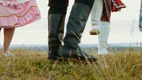 Una persona en las botas de cuero negras que bailan en el campo verde - baile en conjunto almacen de metraje de vídeo