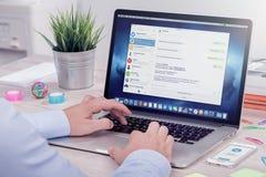 Una persona envía mensajes vía la versión de escritorio del mensajero del telegrama Foto de archivo