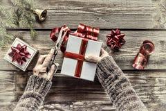 Una persona está preparando los regalos del ` s del Año Nuevo para su familia Primer, visión superior Foto de archivo libre de regalías