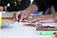 Una persona gioca con un puzzle Fotografie Stock