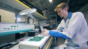 Una persona lavora ad una fabbrica, componente i bordi di sistema, fine stock footage
