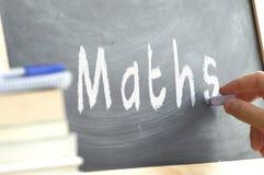 Una persona que escribe la matemáticas de la palabra en una pizarra Fotografía de archivo libre de regalías