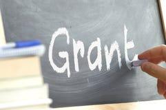 Una persona que escribe la palabra Grant en una pizarra Foto de archivo libre de regalías