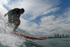Una persona que practica surf imagen de archivo libre de regalías
