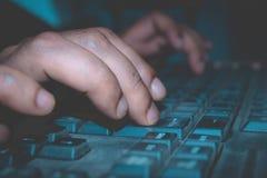 Una persona que usa un teclado de ordenador imagen de archivo